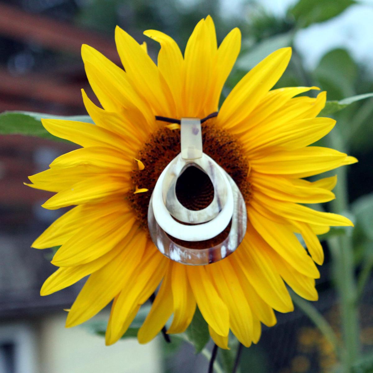Anhänger aus Horn an einer Sonnenblume | Avanova Hornschmuck Salzburg