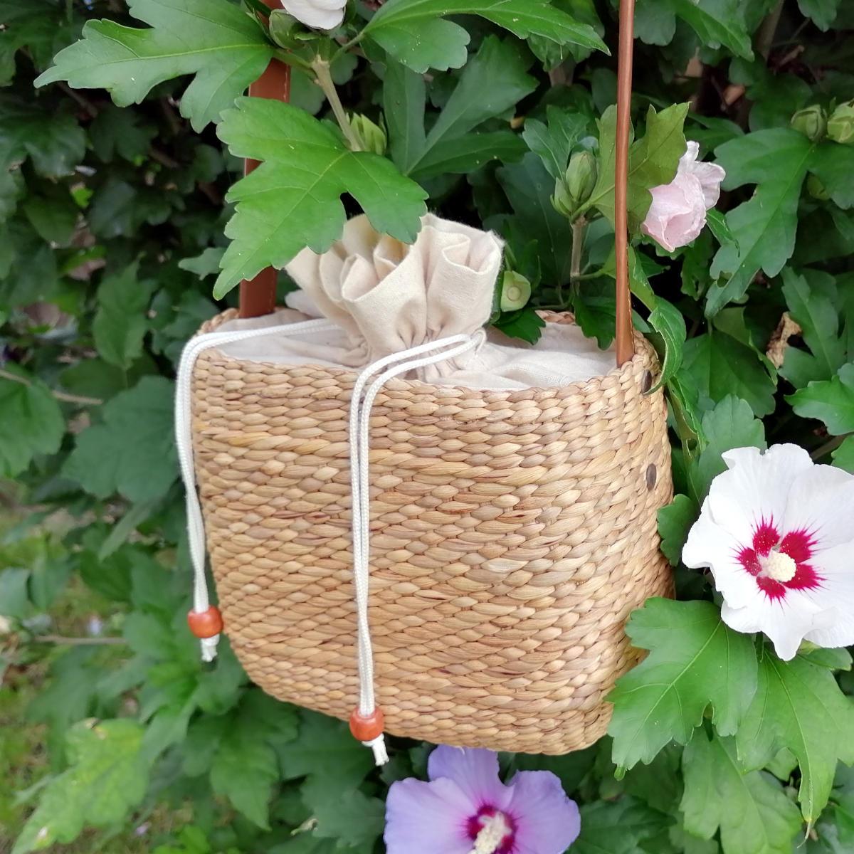 Pochette - kleine Handtasche mit Trageriemen auf Hibiskusstrauch