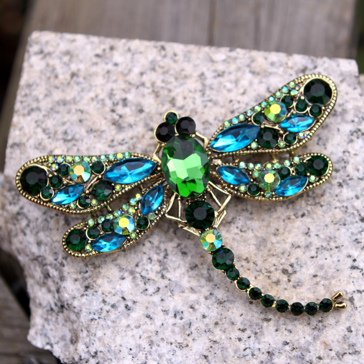 Diese Libellenbrosche aus Glassteinen ist ein charakteristisches Bijou