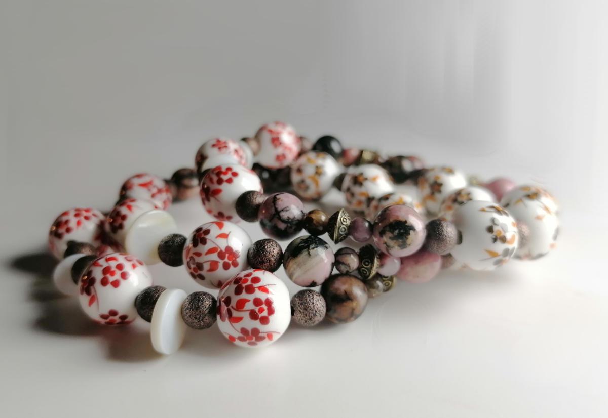 Hübsches Boho-Armband mit geblümten Porzellanperlen - Avanova Designerschmuck
