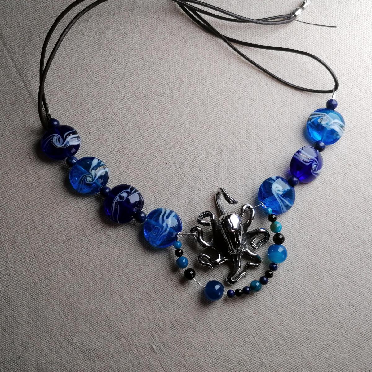 Blaue Halskette mit Oktopus