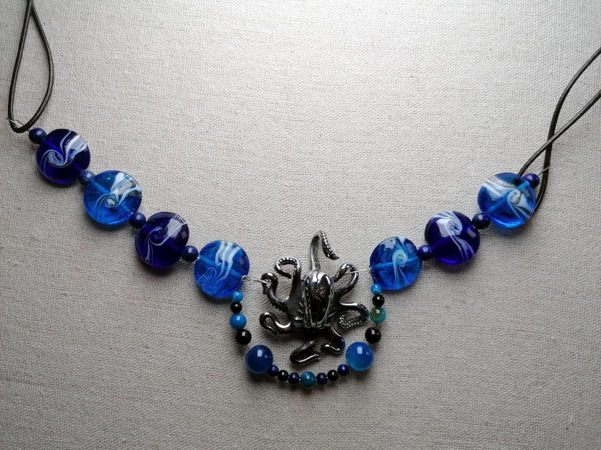 Oktopus und blaue Glasperlen - moderner Schmuck aus R'lyeh... ich meine Salzburg