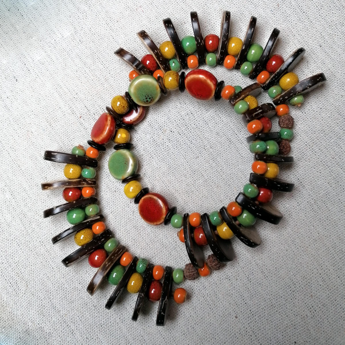 Afrikanisch inspiriertes Armband in satten Farben - Schmuck aus Salzburg