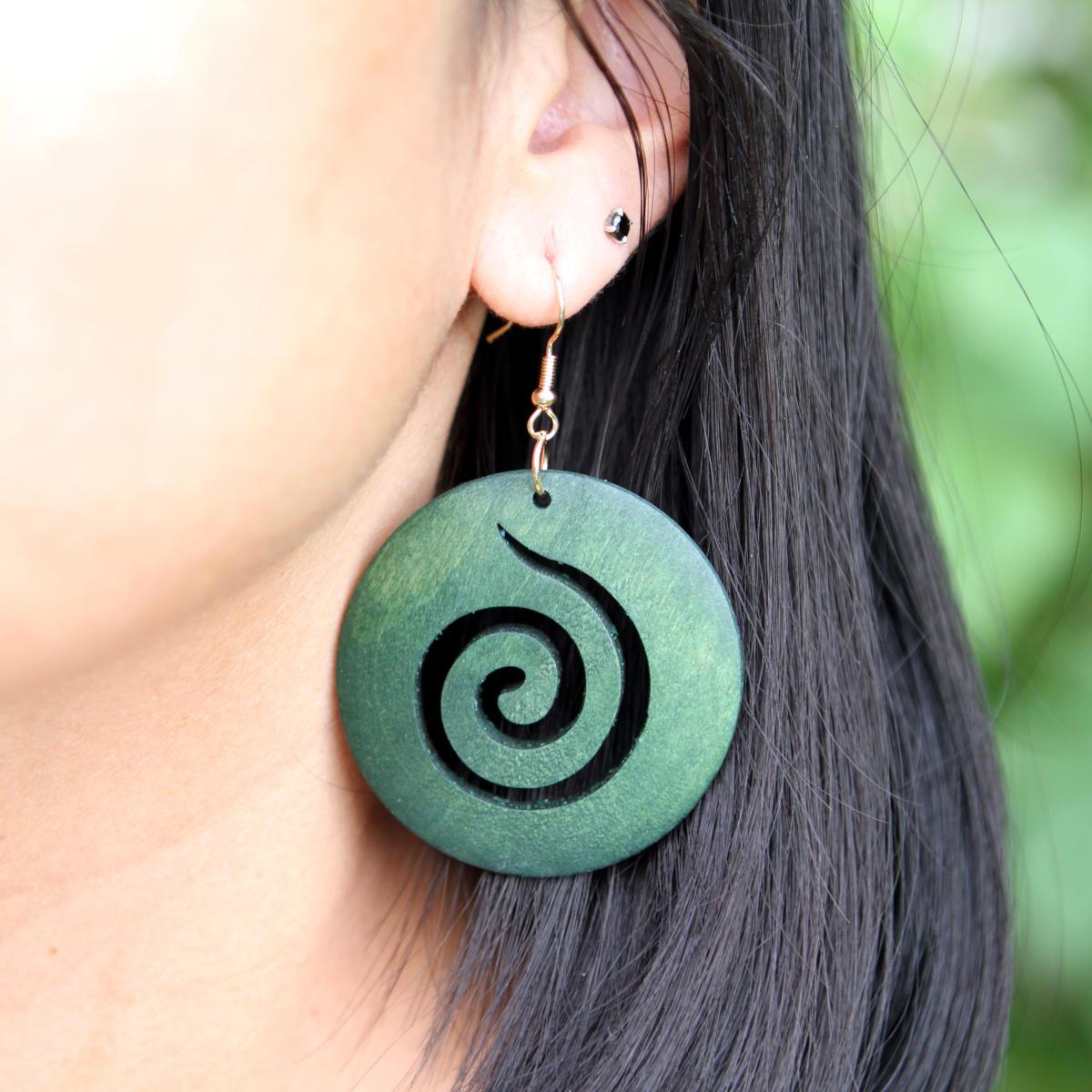Holzohrringe mit Spiralsymbol in Grün