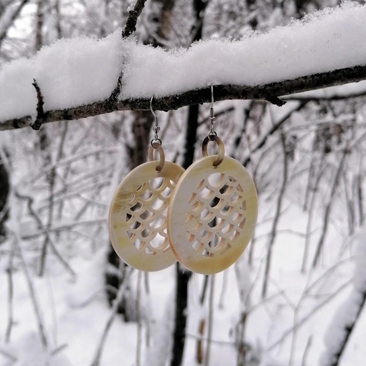 Moderne Ohrringe im Winterwald
