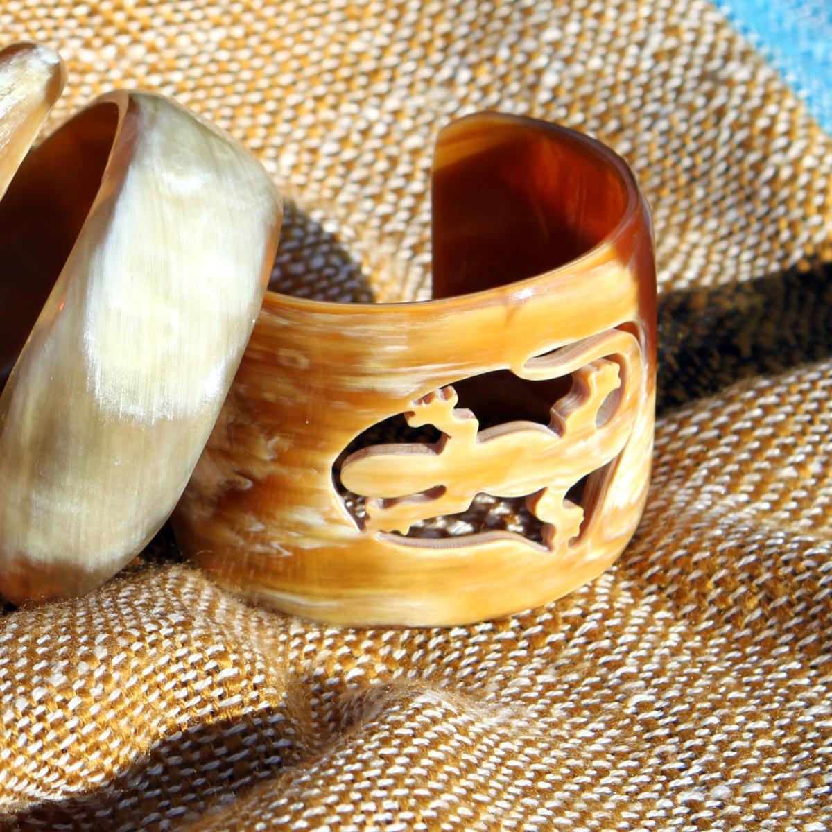 Handgemachte Hornarmreifen von Avanova Design Salzburg